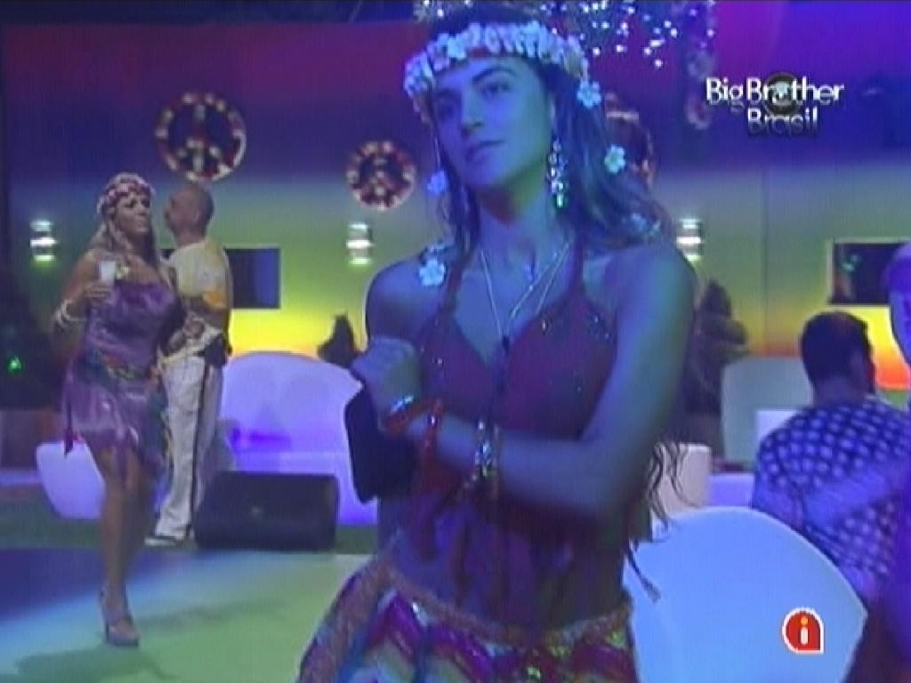 Laisa se empolga dançando em frente ao espelho no começo da festa Aquarius (28/1/12)
