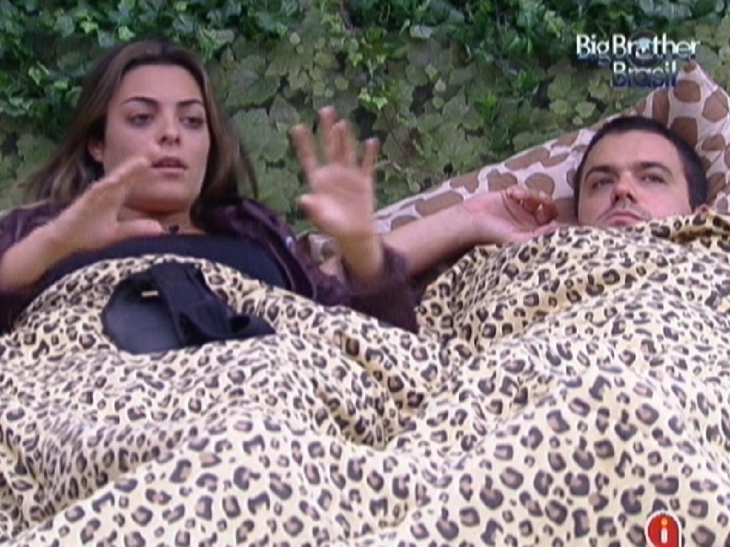 Monique diz para Rafa que não acha que Laisa se esforçou na prova da comida (28/1/12)