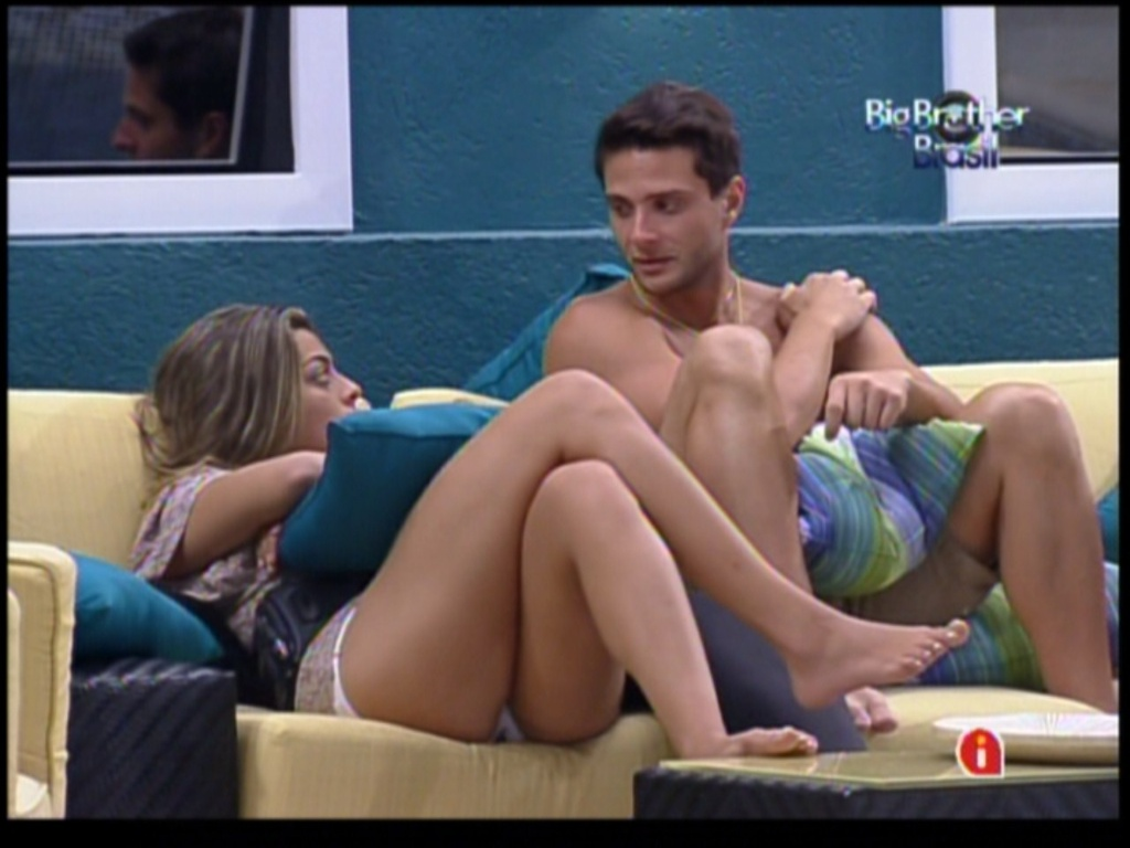 Monique e Ronaldo conversam na parte externa da casa (27/1/12)