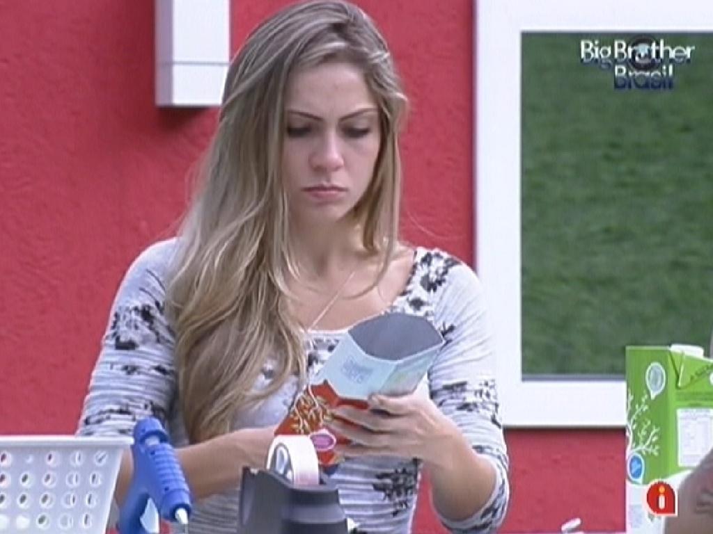 Renata se concentra ao cortar a caixa de leite durante a prova da comida (28/1/12)