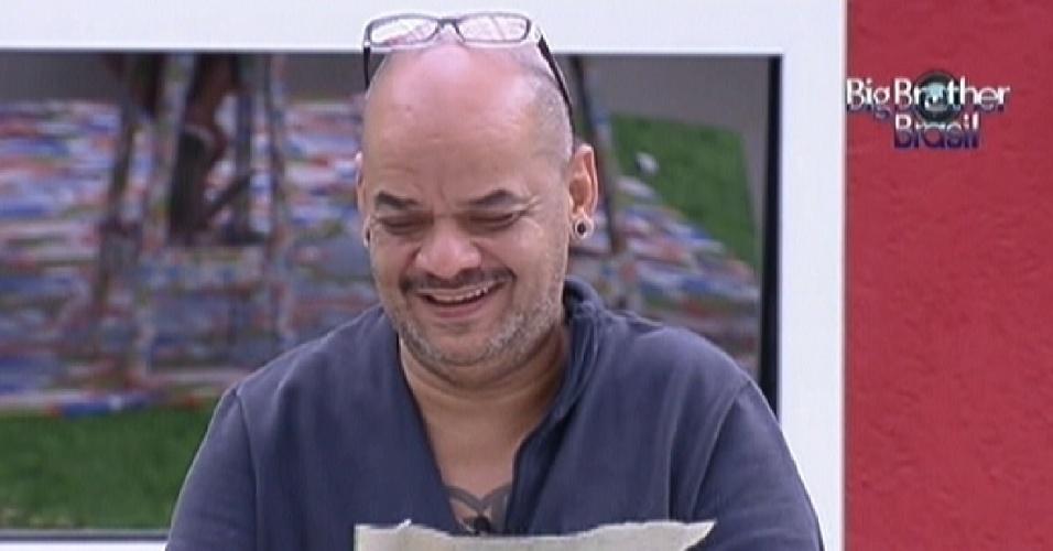 João Carvalho corta as caixinhas de leite durante a prova da comida (29/1/12)
