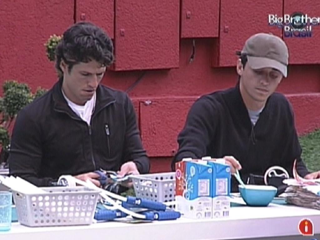 João Maurício e Fael concentrados em completar a prova da comida (29/1/12)