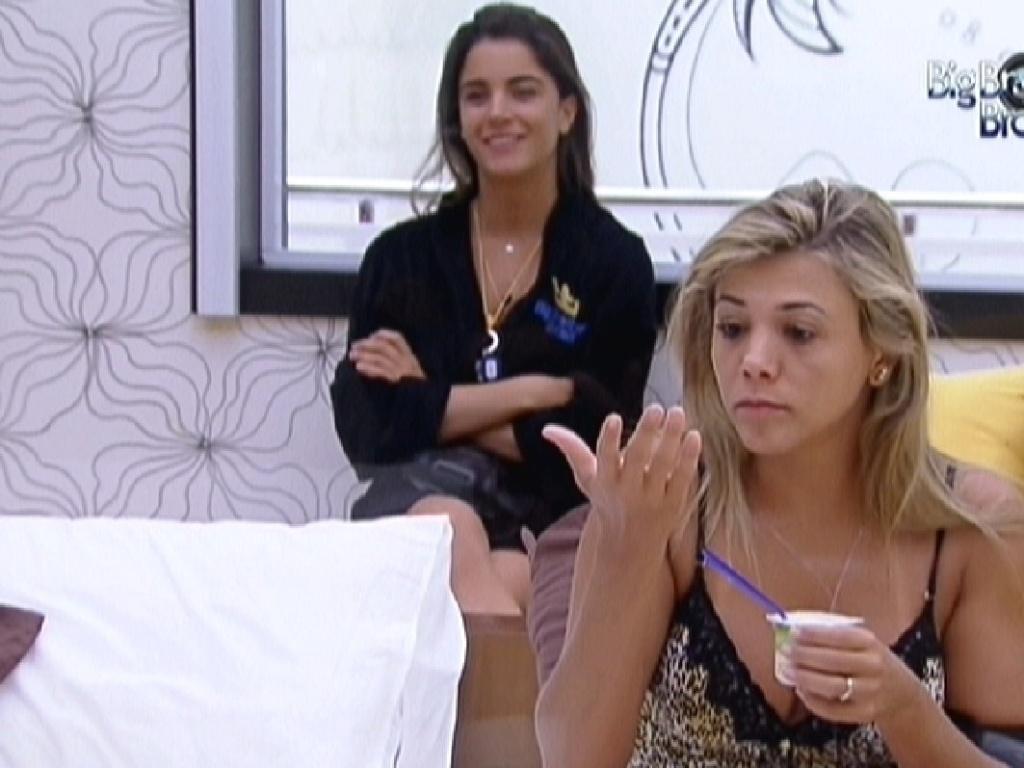 Fabiana (dir.) toma iogurte no Quarto do Líder (30/1/2012)