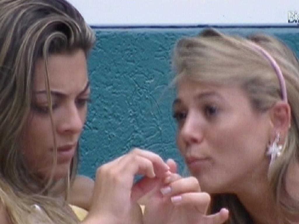 Monique (esq.) e Fabiana reclamam da líder Laisa (30/1/2012)