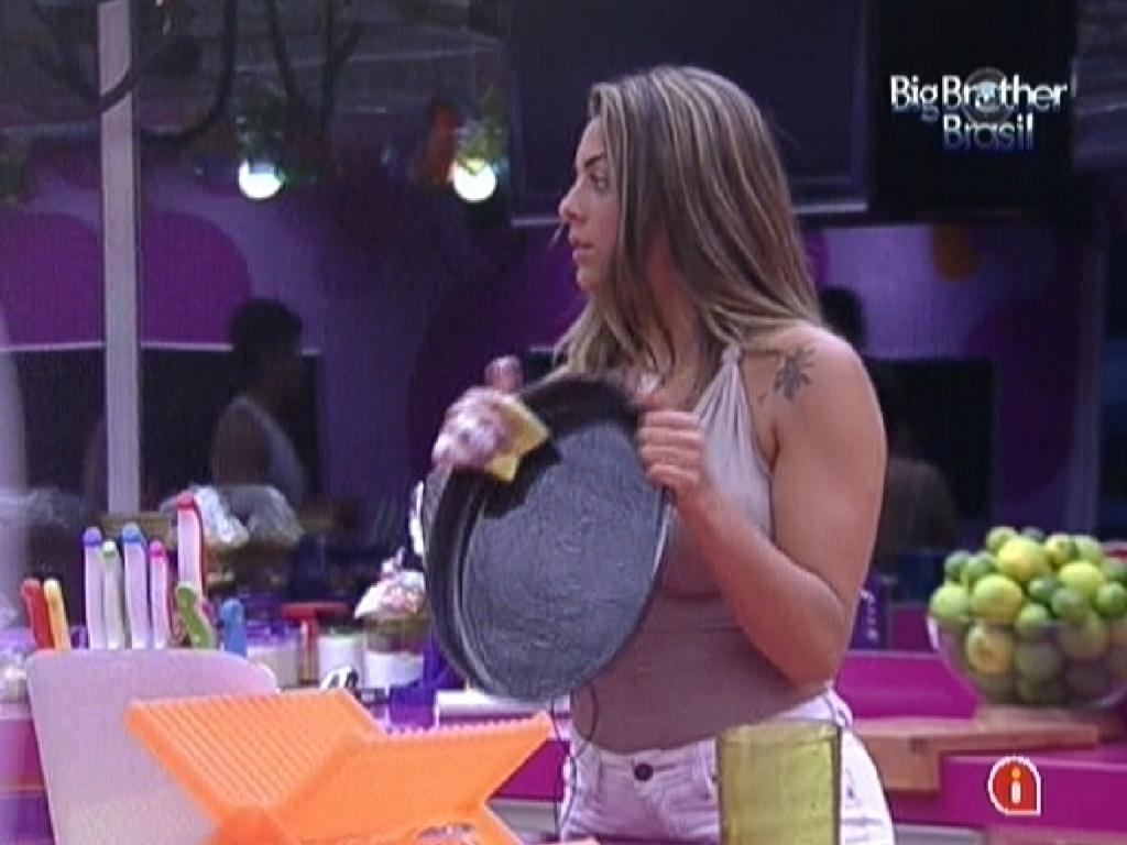 Monique lava louça após almoço (30/1/12)