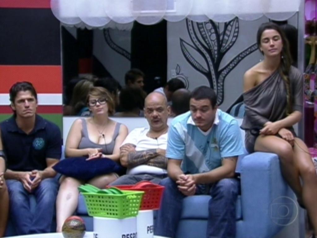 Participantes aguardam as instruções de Pedro Bial para o jogo da verdade (30/1/12)