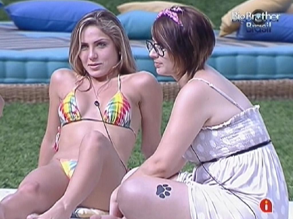 Renata (esquerda) e Mayara (direita) conversam descontraídas no futon azul (30/1/12)