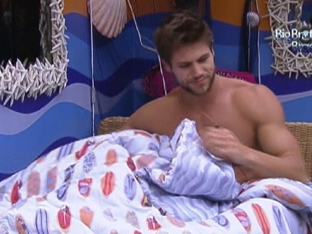 Jonas acorda e faz carinho em Monique, que estava embaixo das cobertas por causa da claridade (31/1/2012)