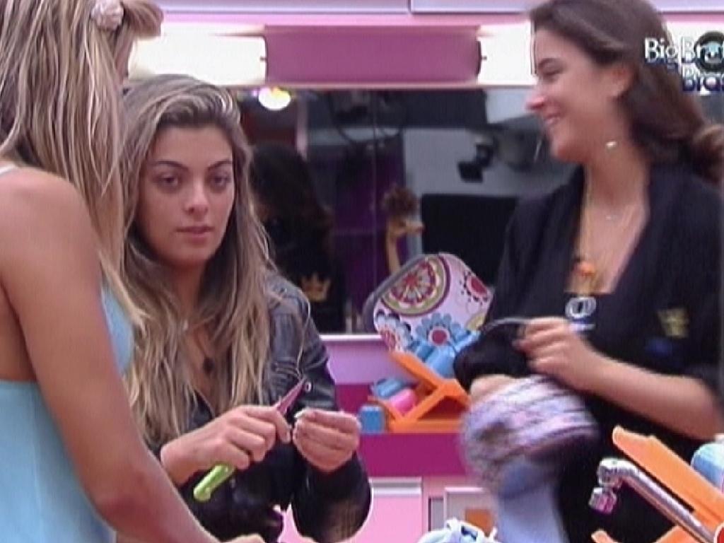 Monique (centro) conta para Fabiana (esq.) e Laisa como foi dormir na cama com Jonas (31/1/2012)