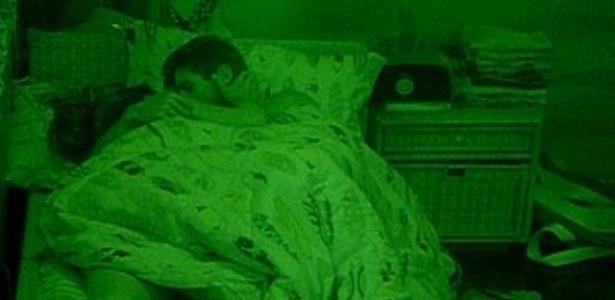 Monique e Jonas se beijam antes de dormir (30/1/12)
