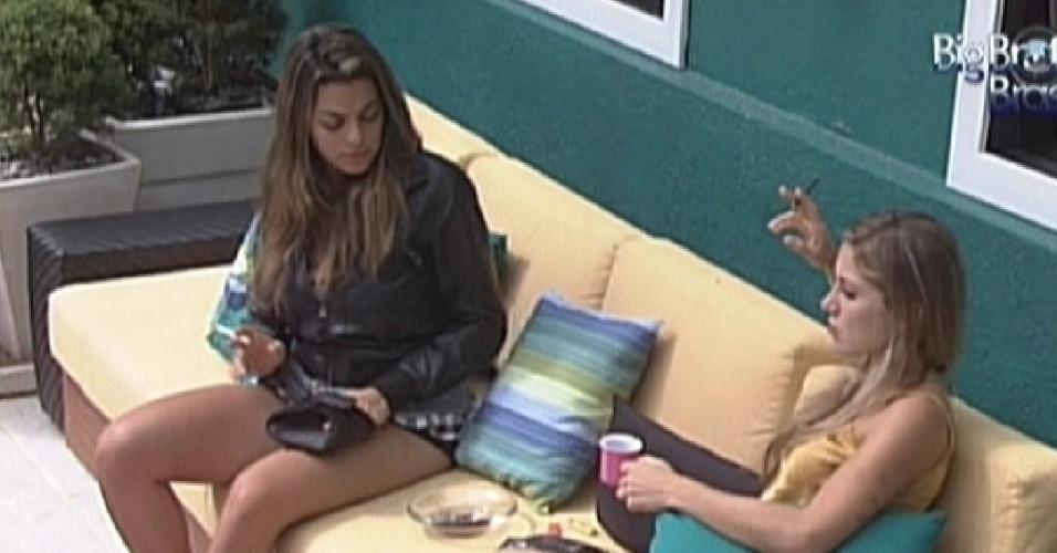 Monique (esq.) e Renata conversam na área externa da casa sobre estresse (31/1/2012)