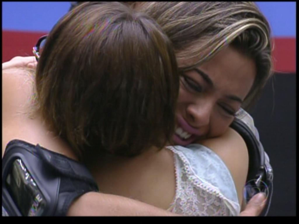 Monique se emociona ao abraçar Mayara (31/1/12)