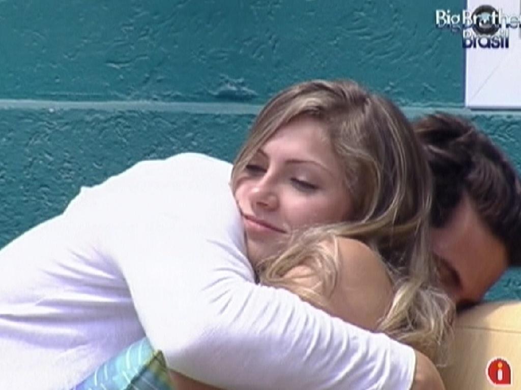 Ronaldo faz carinho em Renata na área externa da casa (31/1/2012)