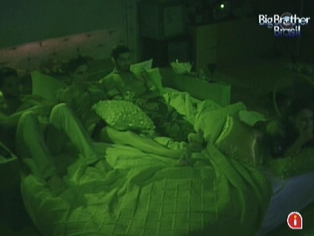 Ronaldo, Laisa, Yuri e Kelly aproveitam a sessão de cinema no quarto do líder (30/1/12)