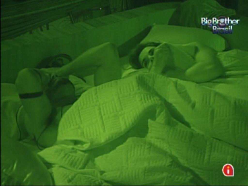 Yuri e Laisa conversam no quarto do líder antes de dormir (30/1/12)