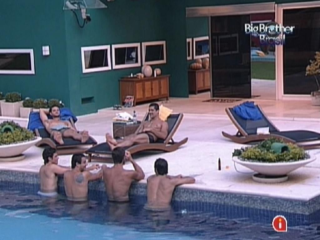 Brothers conversam descontraídos na beira da piscina (1/2/12)