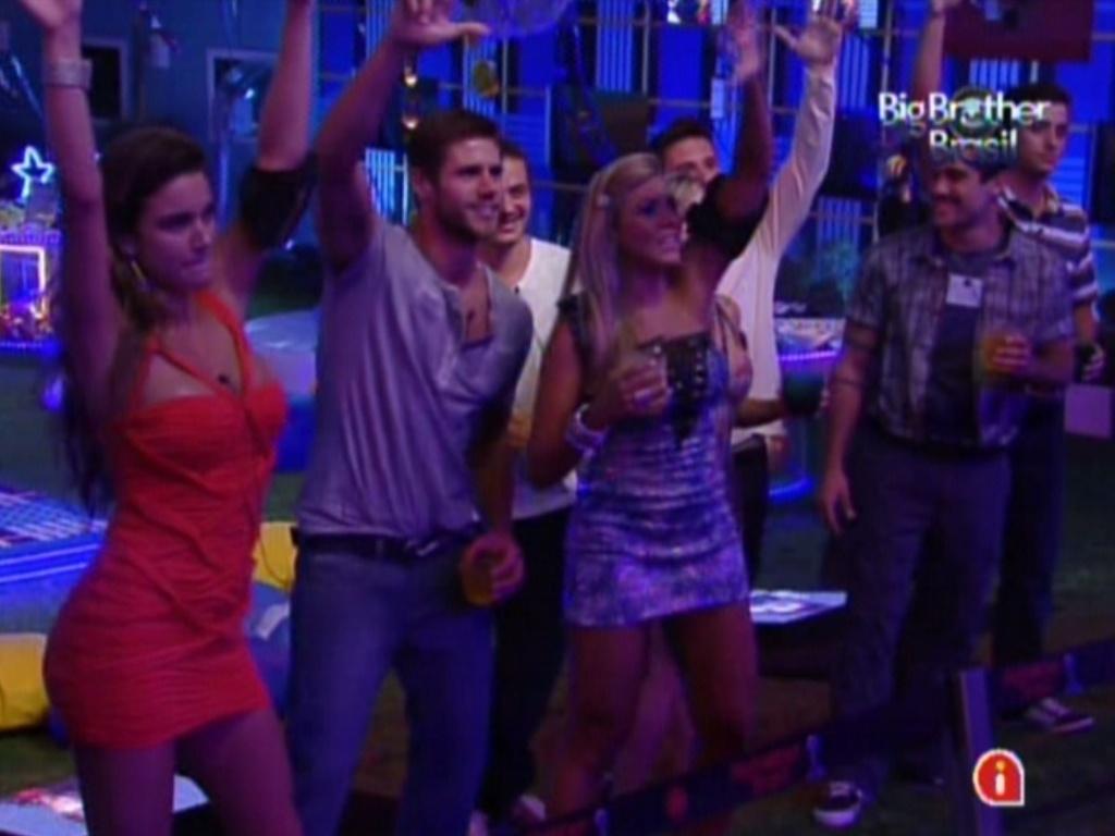 Brothers se divertem com o show de Luan Santana na Festa Azul (1/2/12)