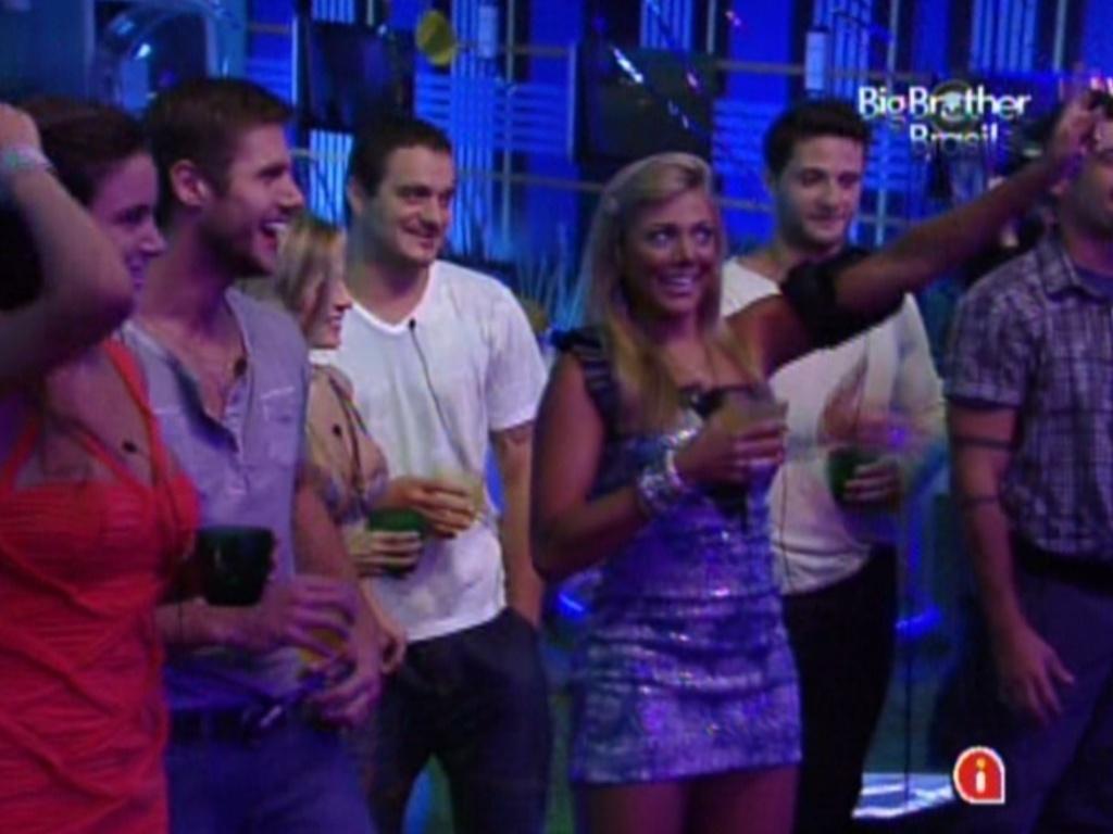 Fabiana (dir.) sorri após brincadeira de Luan Santana na festa Azul (1/2/12)
