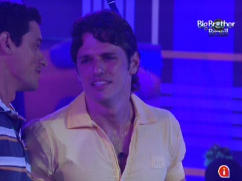 Fael (esq.) e João Maurício (dir.) conversam durante o show de Luan Santana (1/2/12)