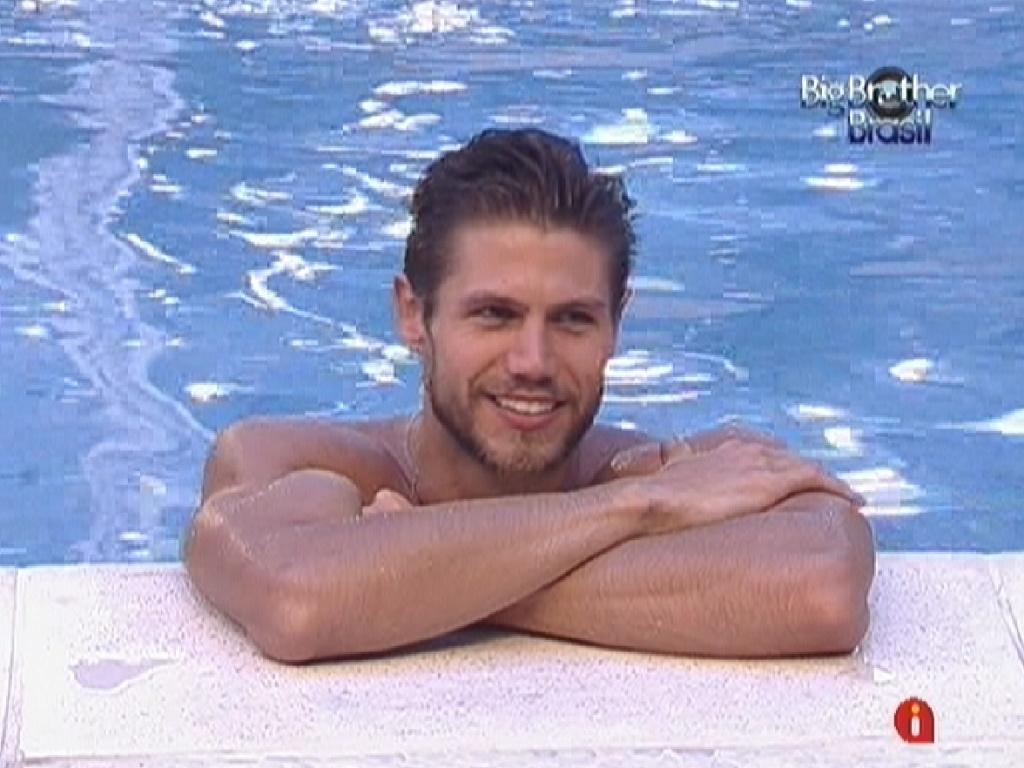 Jonas toma banho de piscina durante a noite (1/2/12)