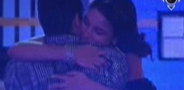 Laisa abraça Yuri durante festa