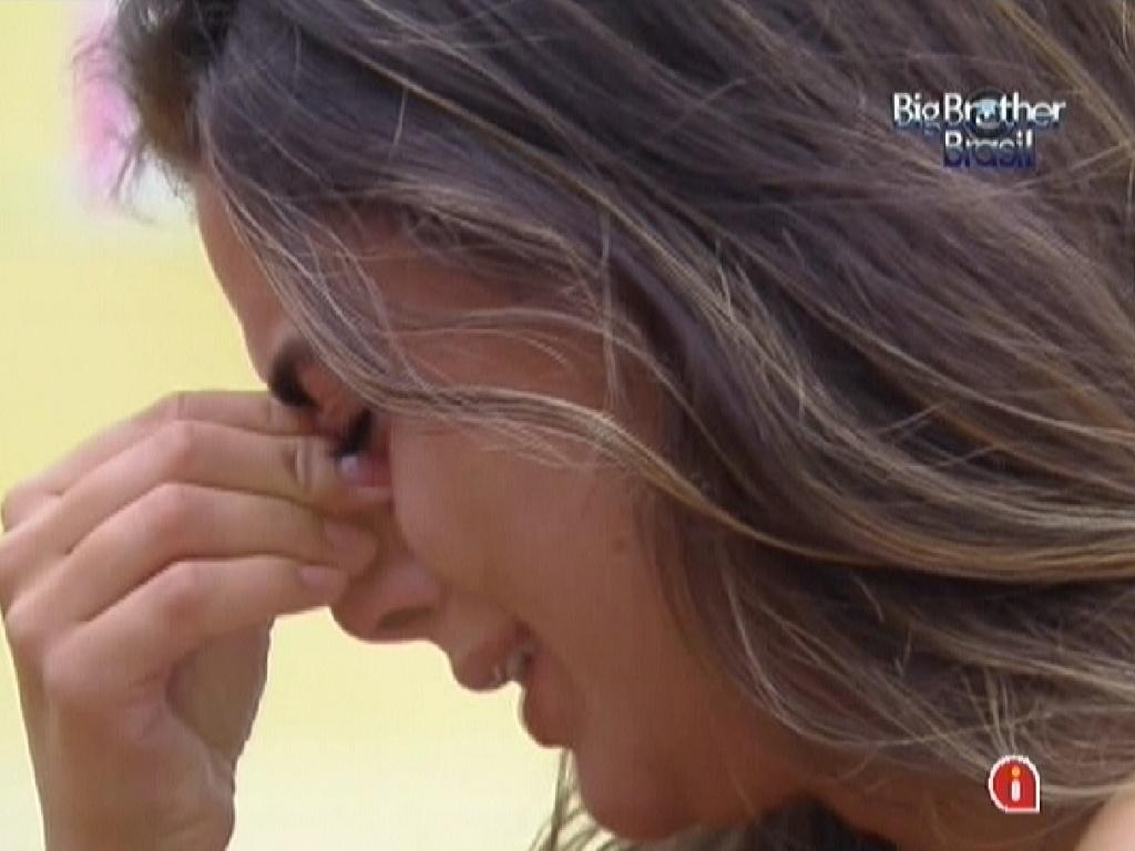 Laisa chora e é consolada por Fabiana (31/1/12)