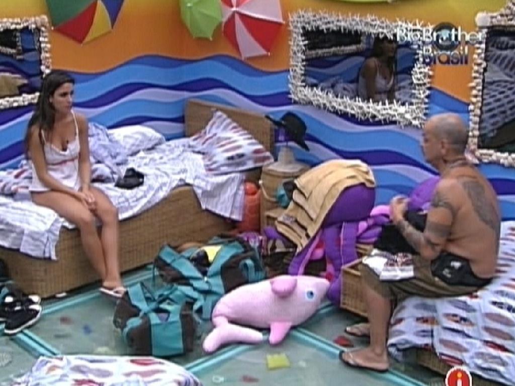 Laisa e João Carvalho conversam sobre roupas no quarto Praia (1/2/2012)