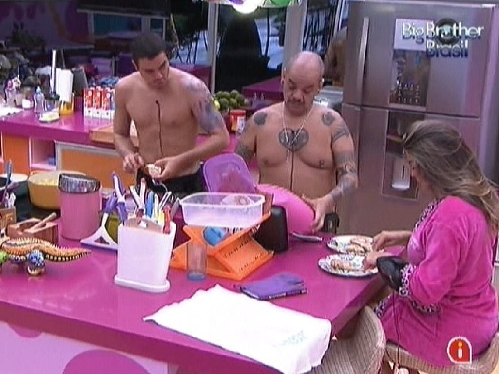 Monique oferece ajuda a João Carvalho que pede para a sister desfiar o frango para o almoço (1/2/2012)