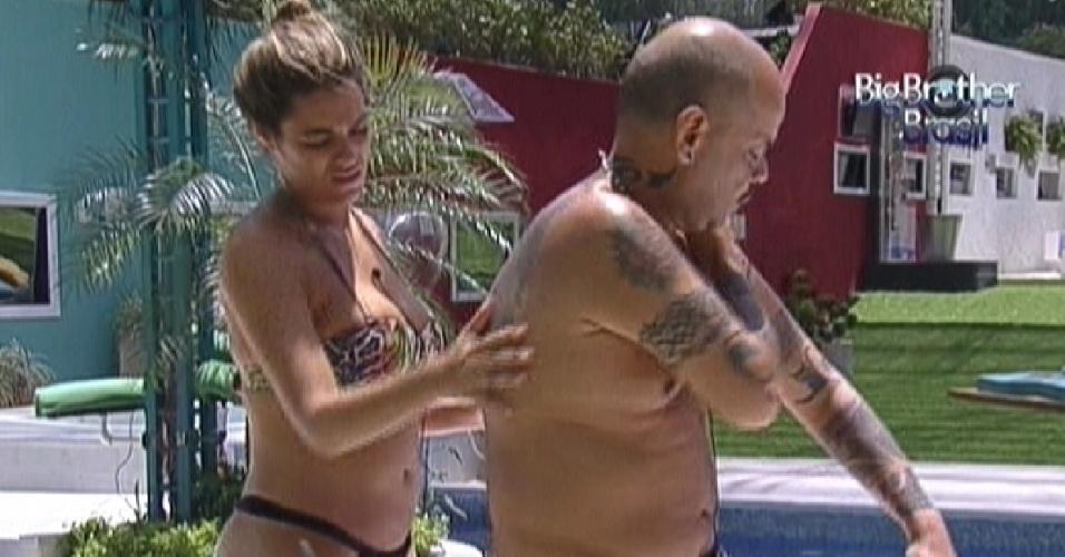 Monique passa protetor solar nas costas de João Carvalho (1/2/2012)