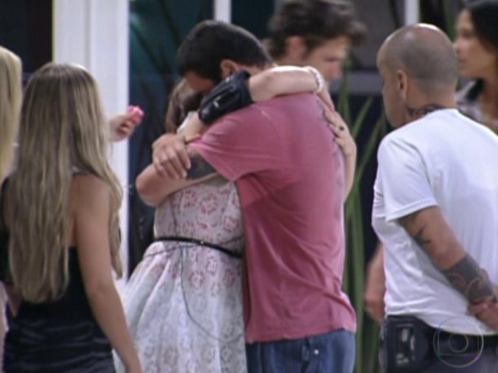 Rafa abraça Mayara após sister ser eliminada do programa com 74% dos votos (31/1/12)