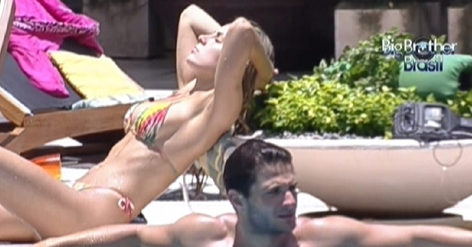 Renata aproveita o sol enquanto Ronaldo se refresca na piscina (1/2/2012)