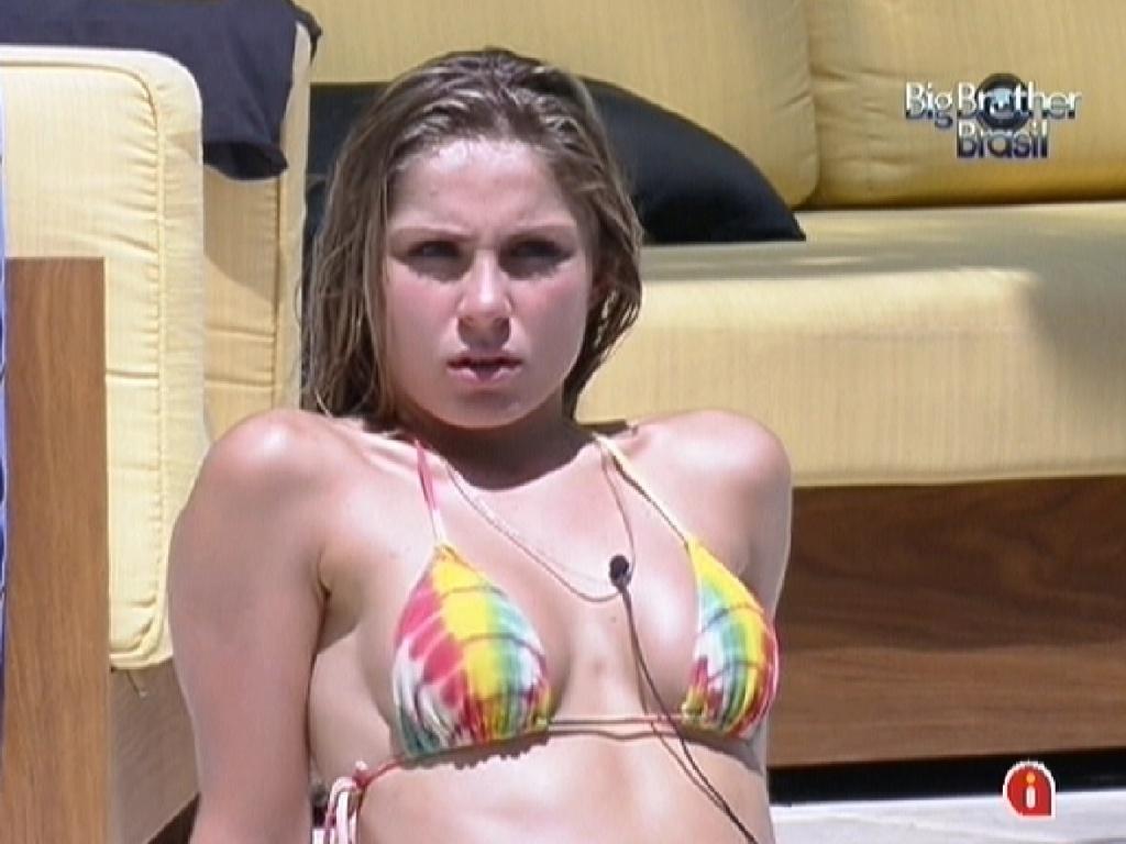 Renata aproveita o sol na piscina (1/2/2012)