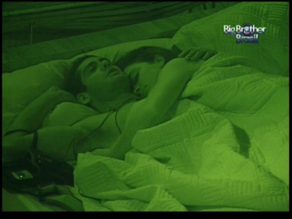 Após reconciliação, Yuri e Laisa dormem juntos (1/2/12)