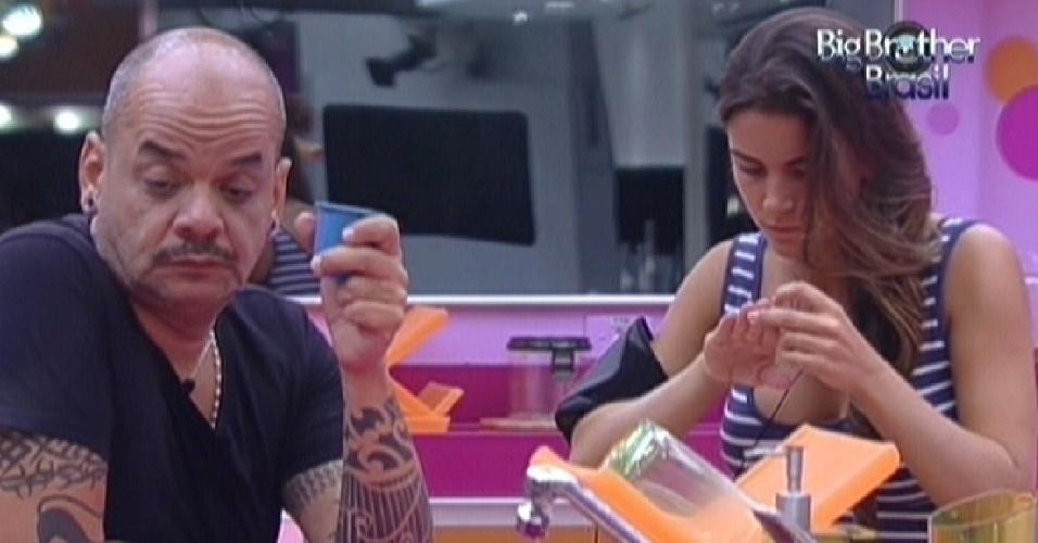 João Carvalho e Laisa conversam na cozinha antes da prova do líder (2/2/2012)