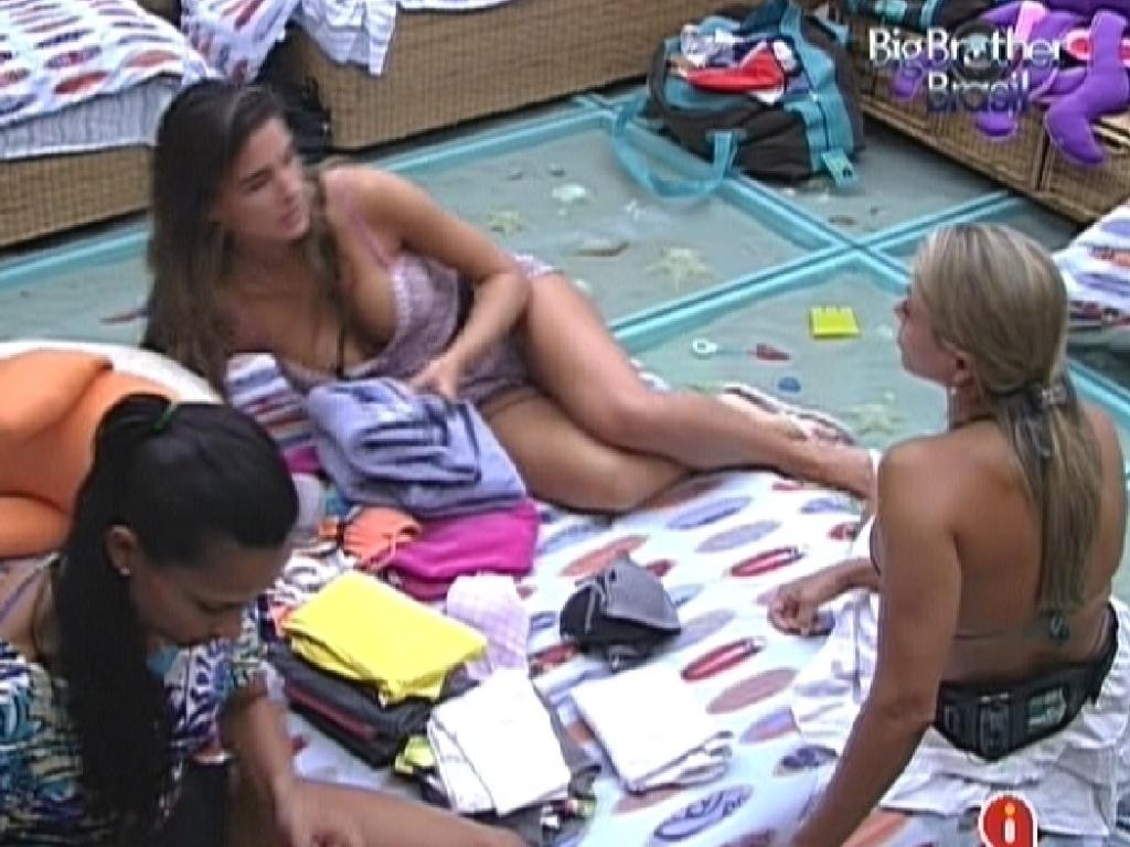 Kelly, Laisa e Fabiana conversam no quarto Praia (2/2/2012)