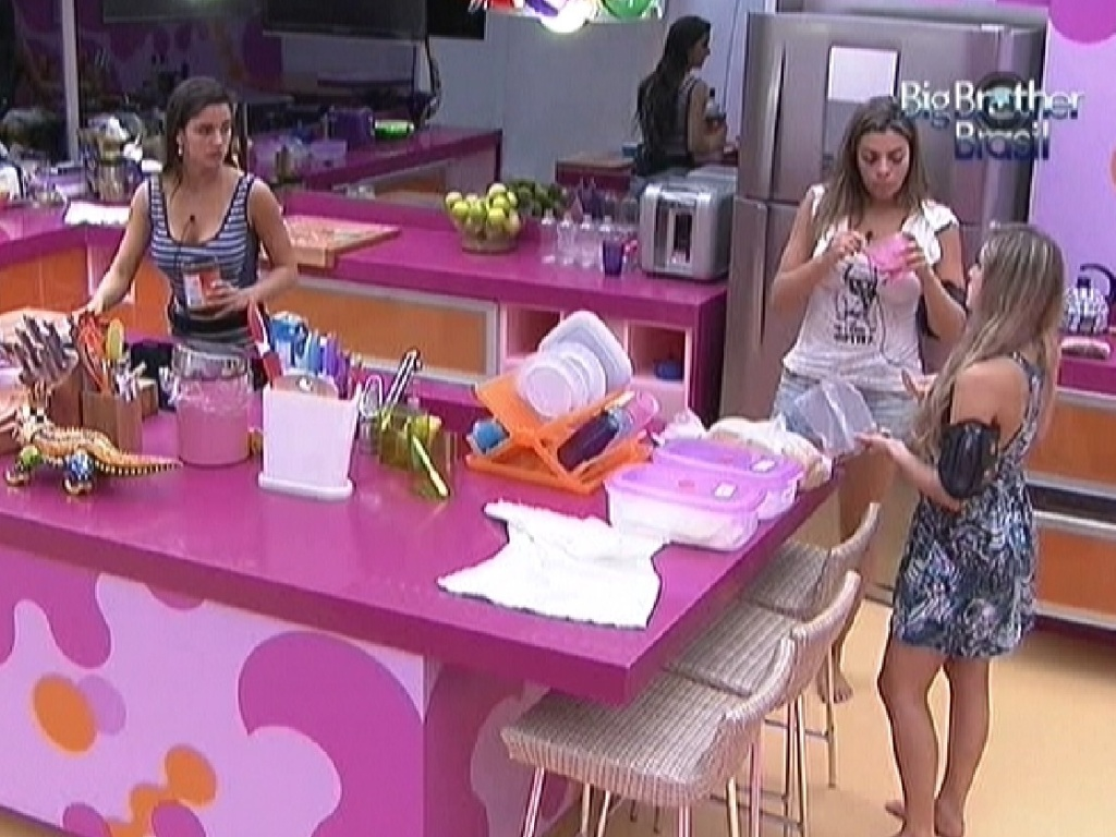 Laisa, Monique e Renata fazem um lanche antes da prova do lder (2/2/2012)