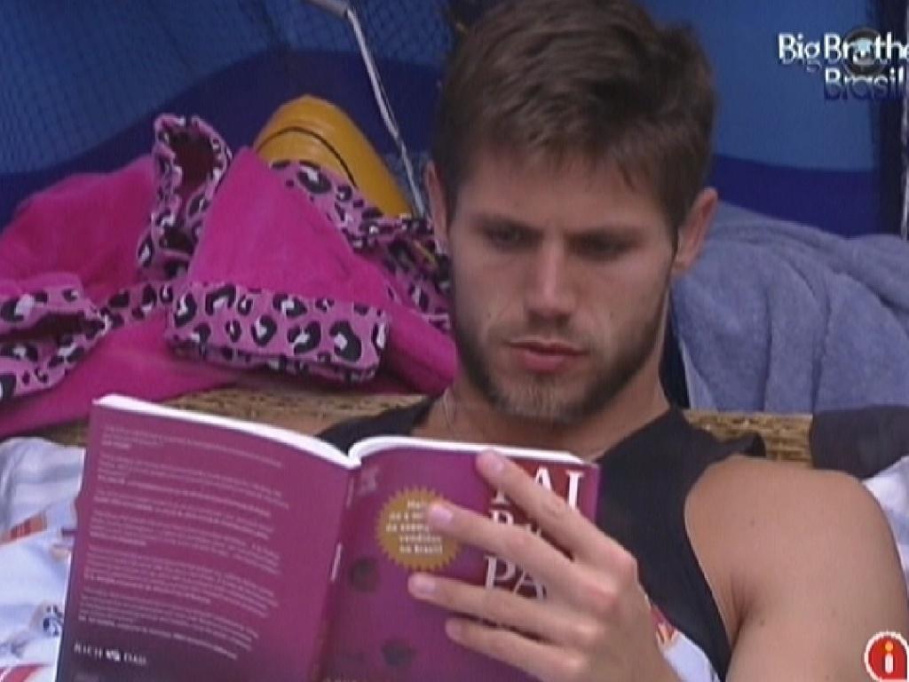 Jonas lê livro