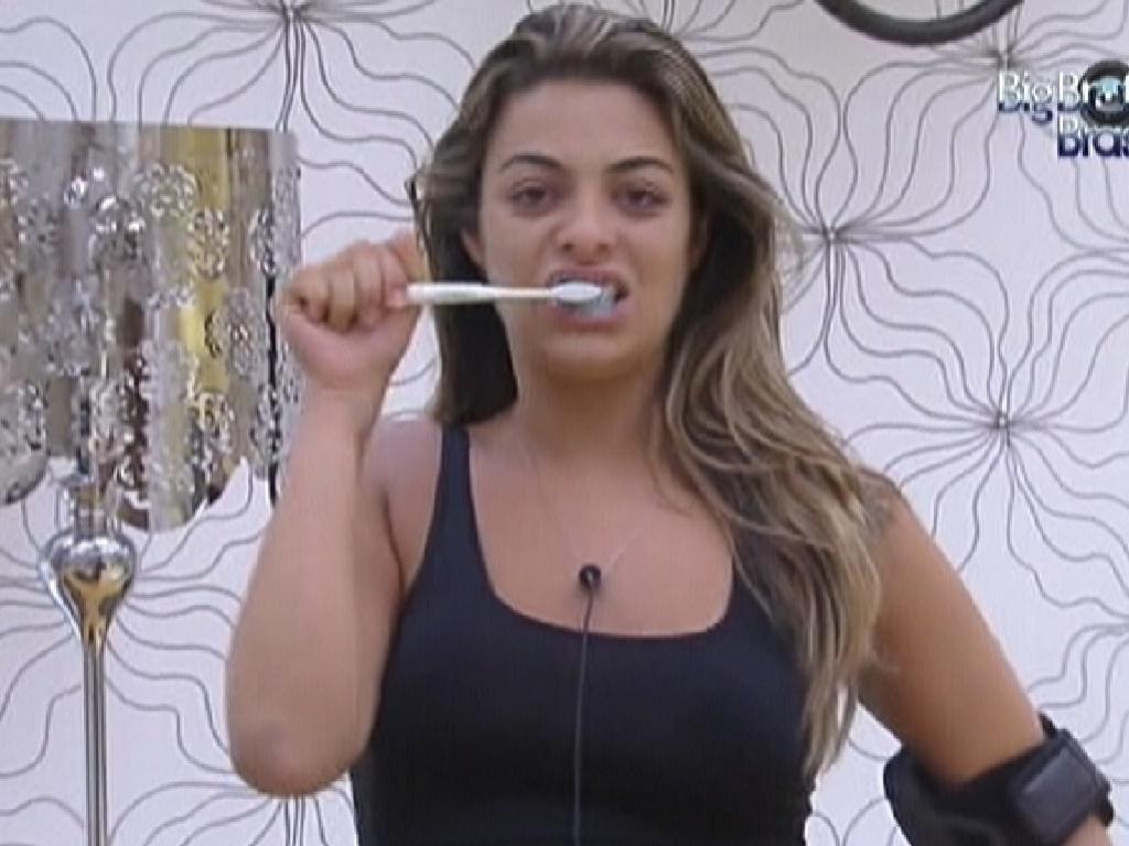 Monique escova os dentes no quarto do líder (3/2/2012)