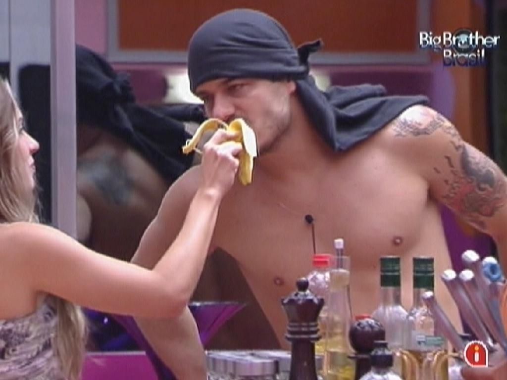 Rafa dá uma mordida na banana de Renata (3/2/2012)
