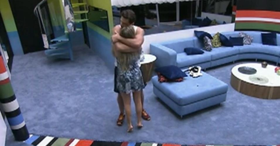 Renata e Ronaldo se abraçam antes de dormir (2/2/12)