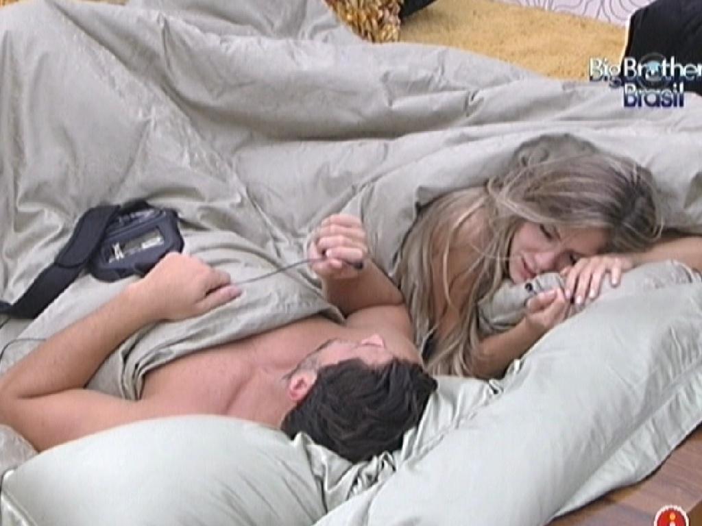 Ronaldo e Renata dormem juntos no quarto do líder pela manhã (3/2/2012)