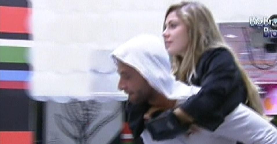 Ronaldo leva Renata nas costas para o confessionário (3/2/2012)