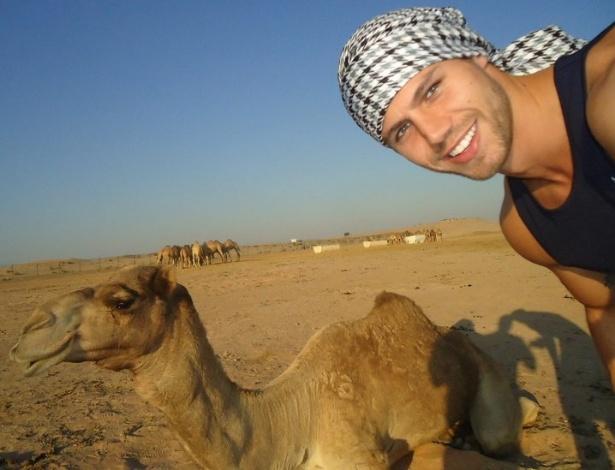 Jonas com o camelo no Deserto Al Khatim