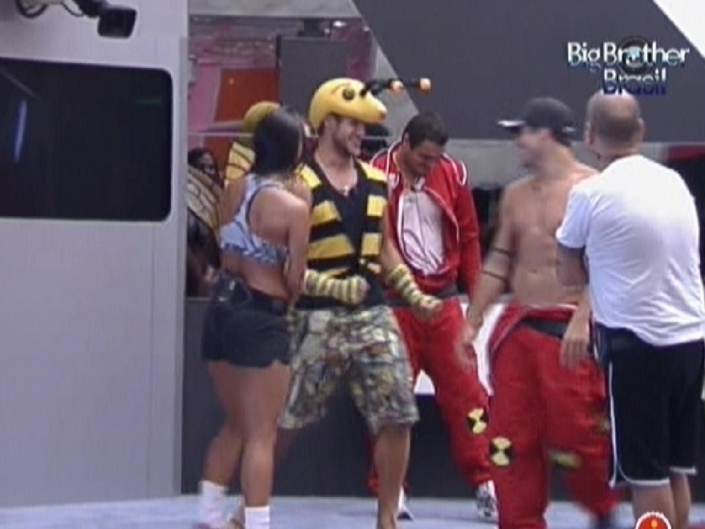 Jonas se veste de abelha para castigo do monstro (4/2/2012)