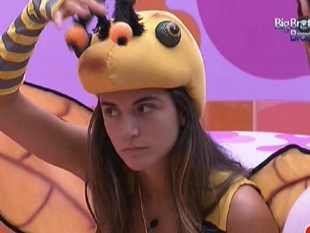 Laisa se veste de abelha para fazer castigo do monstro (4/2/2012)