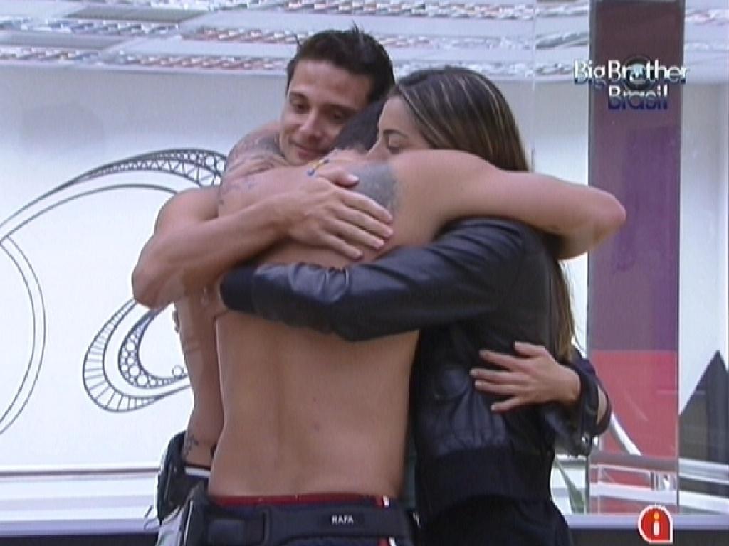 Rafa abraça Ronaldo, Monique e Renata e agradece por brothers terem torcido por ele na prova do anjo (4/2/12)