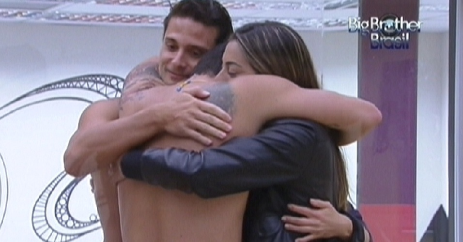 Rafa abraa Ronaldo, Monique e Renata e agradece por brothers terem torcido por ele na prova do anjo (4/2/12)