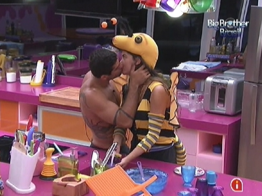 Yuri acorda e cumprimenta Laisa com um beijo na cozinha (4/2/12)