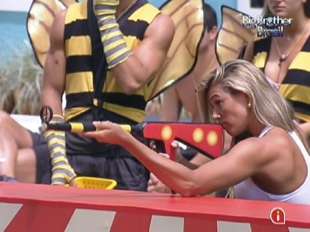 Fabiana se concentra para acertar o alvo (5/2/2012)
