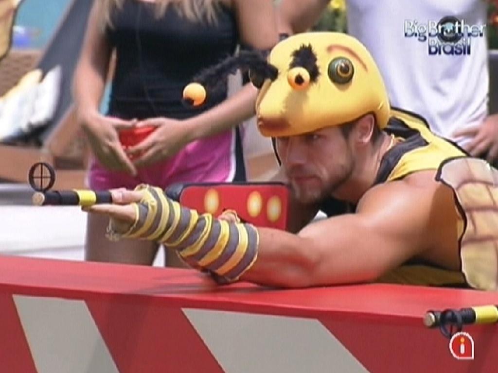 Jonas apoia o braço na bancada para ter mais firmeza ao atirar (5/2/2012)